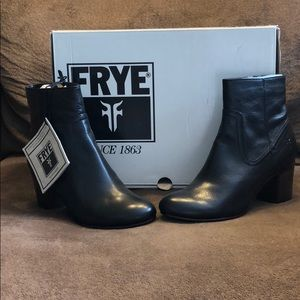 NWT- FRYE STELLA ZIP SHORT, black leather, size 8